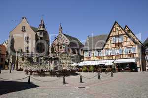 Brunnen, Burg und Kapelle in Eguisheim, Elsass