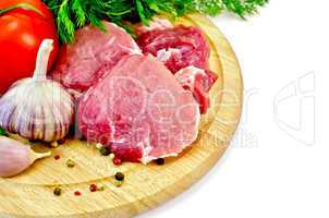 Meat slices on a round plate with vegetables