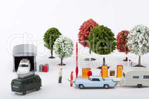 Ein PKW mit Anhänger steht an einer Tankstelle