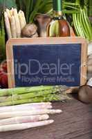 Schiefertafel vor Gemüse
