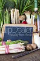 Gemüse, Wein und eine Schiefertafel