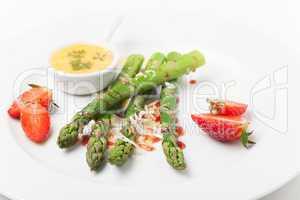 grüner Spargel und Erdbeeren