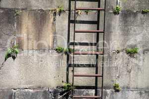 Leiter an einer Kaimauer