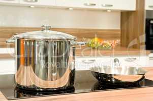 topf und bratpfanne in einer küche pot and pan in the kitchen
