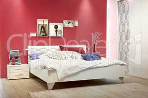 weißes schlafzimmer mit roter wand white bedroom with red wall