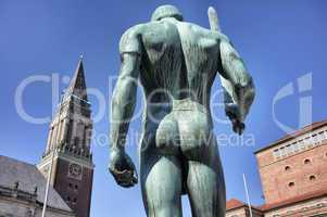 Statue der Schwerträger auf dem Rathausplatz in Kiel, Deutschla