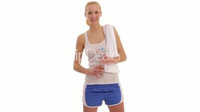 junge frau mit wasser nach sport / fitness woman
