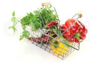 Einkaufskorb mit frischem Gemüse