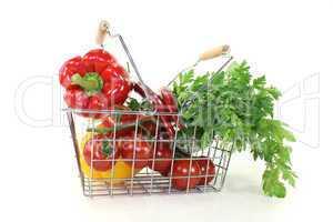 Einkaufskorb mit knackigem Gemüse