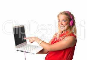 Blonde Frau mit  Laptop und Kopfhörer