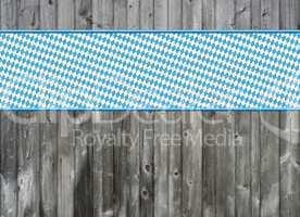 Holzwand mit blau-weißem Streifen