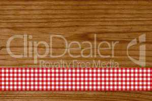 Holzbrett mit rot-weißem Tischdeckenstreifen