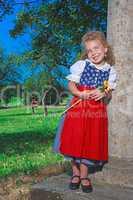 Bayerisches Kindergartenkind im Dirndl