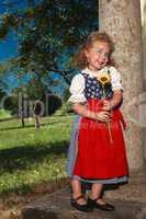 Bayerisches kleines Mädchen mit charmanten lächeln