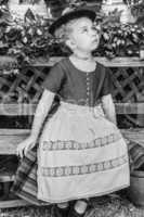 Schwarz-Weiß-Porträt eines Mädchens in einem Dirndl