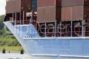 Bug eines Containerschiffs auf dem Nord-Ostsee-Kanal in Kiel, De