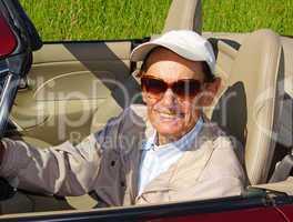 Senior beim Cabrio Fahren