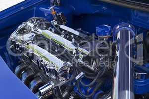 verchromter Motor in blauem getunten Auto
