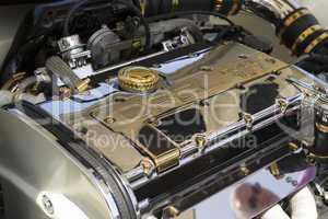 Getunter Motor erglänzt in Chrom und Gold