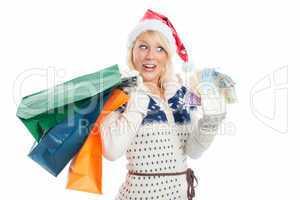 weihnachtsfrau mit geldscheinen beim shopping