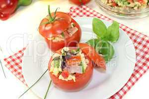 Gefüllte Tomaten mit Nudelsalat und Kresse