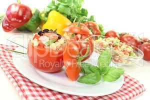 Gefüllte Tomaten mit Nudelsalat und Paprika