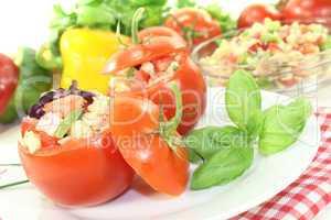 Gefüllte Tomaten mit Nudelsalat und Basilikum