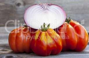 Drei Coeur de Boeuf Tomaten und eine halbe Zwiebel