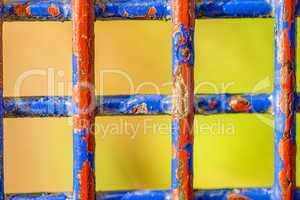 farbenfrohes Gitter einer Sitzbank