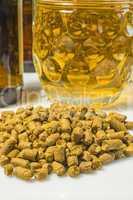 Hopfenpellets mit Bierglas