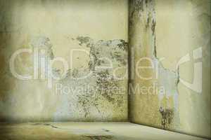 Leerer Raum mit beschädigter Wand
