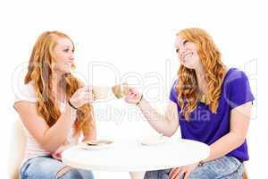 glückliche frauen stoßen mit kaffee an