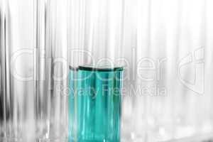 mehrere Reagenzgläser mit blauer Flüssigkeit