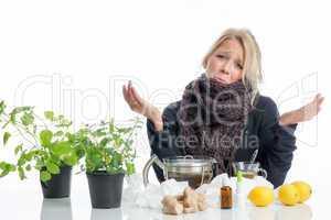 Kranke Frau mit Zitronentee und Heilkräutern