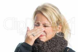 Kranke Frau hat Schnupfen