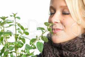 Kranke Frau riecht an Heilpflanze