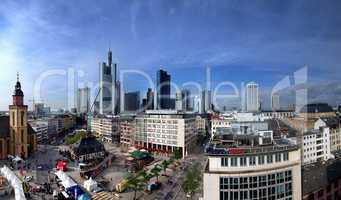 Marktplatz in Frankfurt am Main mit Skyline