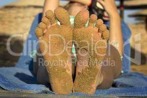 füße mit sand am strand im urlaub