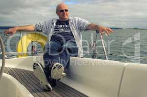 skipper auf seiner segelyacht