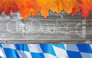 Herbstlaub mit Bayern Flagge auf Holz