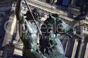 Reiterstatue Löwenkämpfer in Berlin vor dem Alten Museum und Berliner Dom