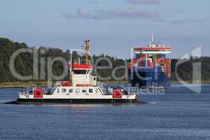 Fähre und Containerschiff