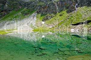 Wasserspiegelung im glasklaren Bergsee