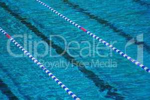 Bahnen in einem schwimmbad mit absperrkette