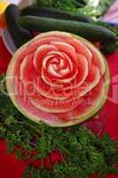Melone Schnitzerei als Rose mit Dekoration