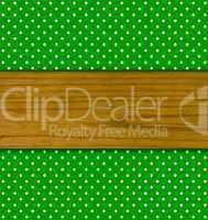 Grüner Hintergrund mit weißen Punkten und Holzbrett