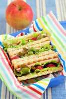 Sandwich mit Radieschen und Salat