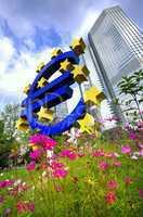 Euro Symbol vor der Europäischen Zentralbank in Frankfurt am Main