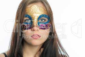 Brünettes Mädchen mit Maske