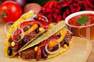 Tortilla gefüllt mit Bohnen und Fleischsoße